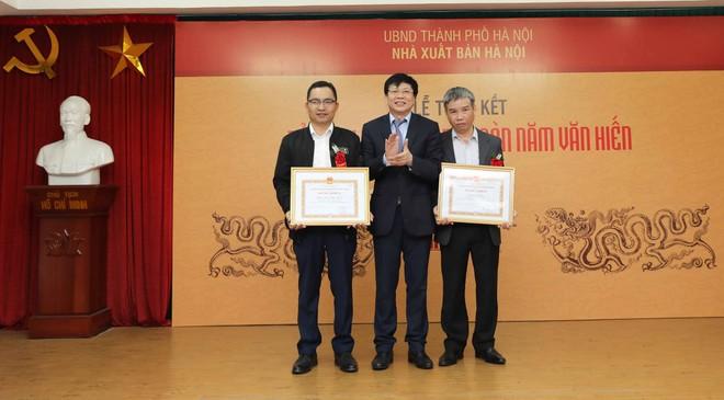 Phó chủ tịch Thường trực Hội Nhà báo Việt Nam Hồ Quang Lợi trao tặng Bằng khen của UBND Thành phố Hà Nội cho các tập thể có thành tích xuất sắc