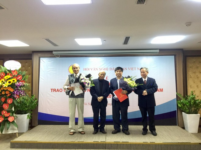GS Tô Ngọc Thanh trao giải cho các tác giả đoạt giải Nhì A