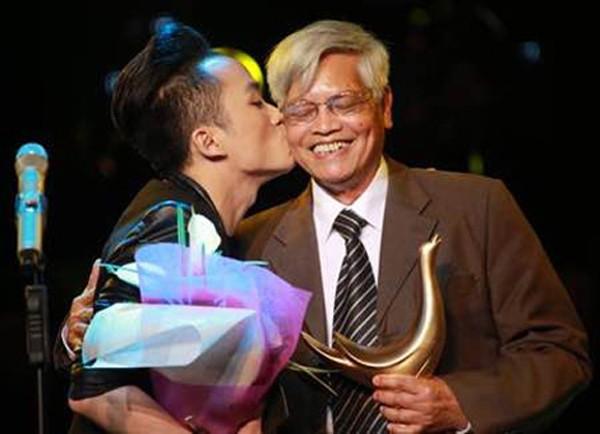 Ca sĩ Tùng Dương và nhạc sĩ Doãn Nho nhận giải Cống hiến Âm nhạc 2014