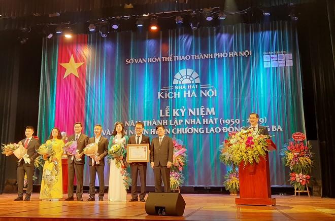 Nhà hát Kịch Hà Nội đón nhận Huân chương Lao động hạng Ba