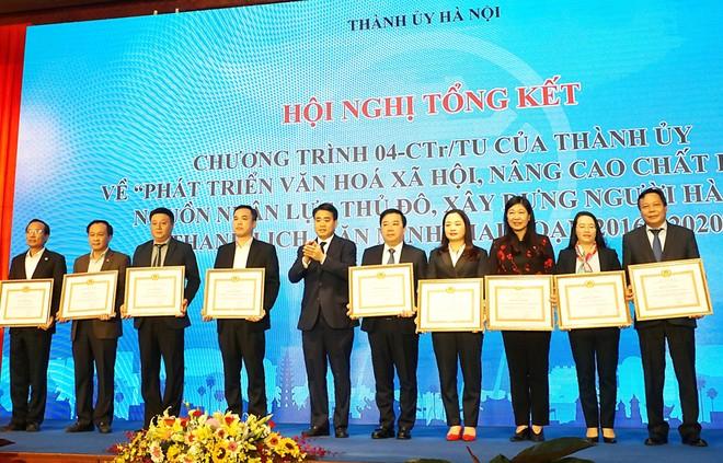 Phó bí thư Thành uỷ, Chủ tịch UBND thành phố Hà Nội Nguyễn Đức Chung tặng Bằng khen của Thành ủy cho các tập thể có thành tích xuất sắc.