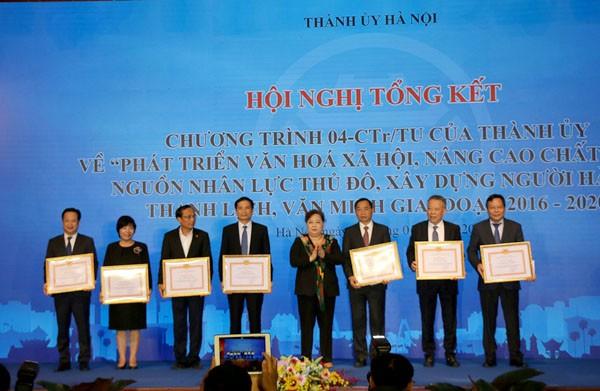 Trưởng ban Chỉ đạo Chương trình số 04-CTr/TU Nguyễn Thị Bích Ngọc tặng Bằng khen của Thành ủy cho các cá nhân có thành tích xuất sắc.
