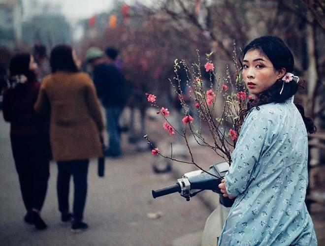 Thiếu nữ Hà Nội tại chợ hoa Tết Quảng An 2018