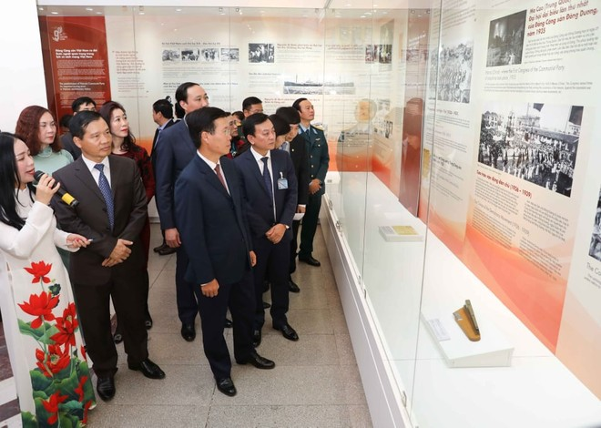 Trưởng ban Tuyên giáo Trung ương Võ Văn Thưởng cùng các đại biểu tham quan triển lãm