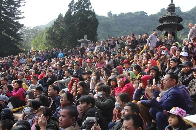 Đông đảo người dân tụ hội về sân chùa Thiên Trù để chứng kiến nghi lễ khai hội chùa Hương
