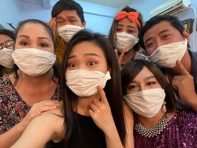 """NSND Hồng Vân chia sẻ hình ảnh """"khẩu trang tự chế"""" của các diễn viên sân khấu."""