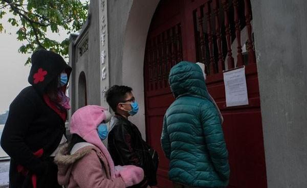 Nhiều du khách đã bất ngờ khi đền Ngọc Sơn tạm đóng cửa. Nhưng sau đó họ đã đồng tình với quyết định của UBND TP Hà Nội