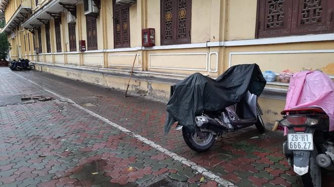 Cả bãi đỗ xe của chùa Quán Sứ chỉ có lác đác vài người tới gửi