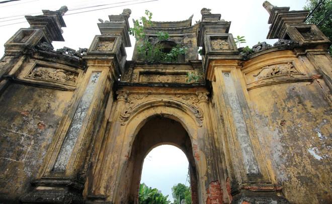 Cổng làng Cựu xây kiểu tam quan nhà chùa. Ảnh: Hồng Hạnh