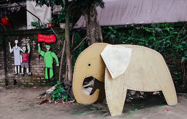 """Tác phẩm """"Voi"""" lấy hình ảnh từ văn hóa Việt Nam của nghệ sĩ Goerge Burchett"""