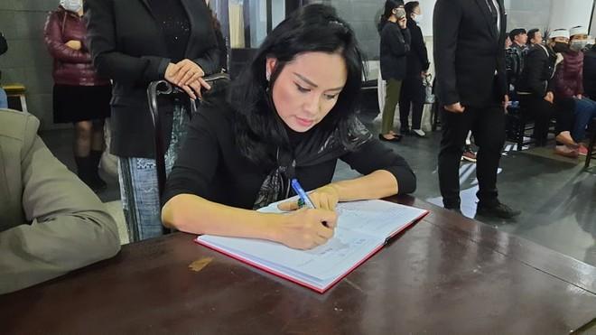 Ca sĩ Thanh Lam viết lời chia buồn trong sổ tang