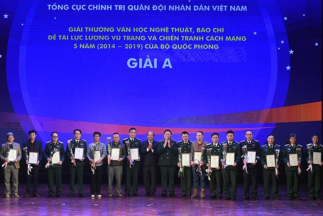 Thượng tướng Nguyễn Trọng Nghĩa, Phó Chủ nhiệm Tổng cục Chính trị Quân đội nhân dân Việt Nam và Phó Trưởng Ban thường trực Ban Tuyên giáo Trung ương Võ Văn Phuông trao giải A cho các tác giả đoạt giải
