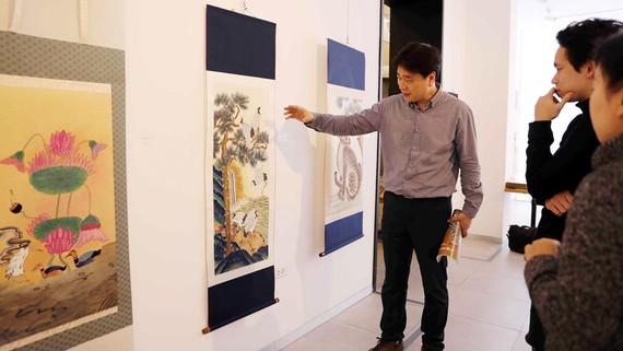 Du khách tham quan triển lãm