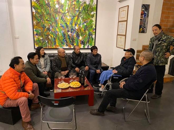 Họa sĩ Trần Lưu Hậu (ngồi xe lăn) chụp ảnh cùng các học trò