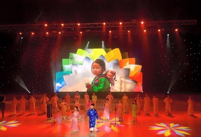 Hoạt động điểm nhấn là chương trình ca múa nhạc ca ngợi biên đảo, quê hương