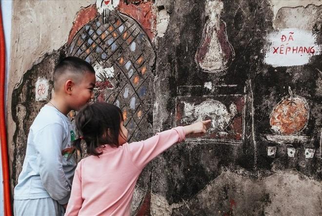 Các em nhỏ thích thú với dự án nghệ thuật tại bãi Phúc Tân