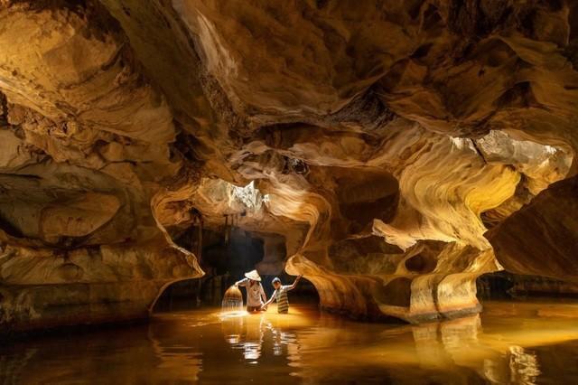 """Bức ảnh """"Đánh cá trong hang động"""" của nhiếp ảnh gia người Thái Lan Natnattcha Chaturapitamorn ở hạng mục Du lịch"""