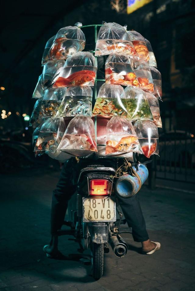 """Bức ảnh """"Người bán cá trưng bày sản phẩm"""" của nhiếp ảnh gia người Anh Jon Enoch ở hạng mục Du lịch"""