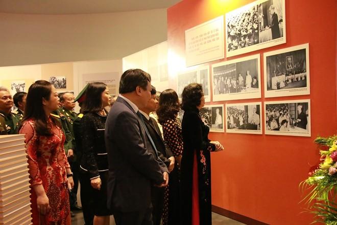 Phó Bí thư Thường trực Thành ủy Hà Nội Ngô Thị Thanh Hằng cùng các đại biểu tham quan triển lãm