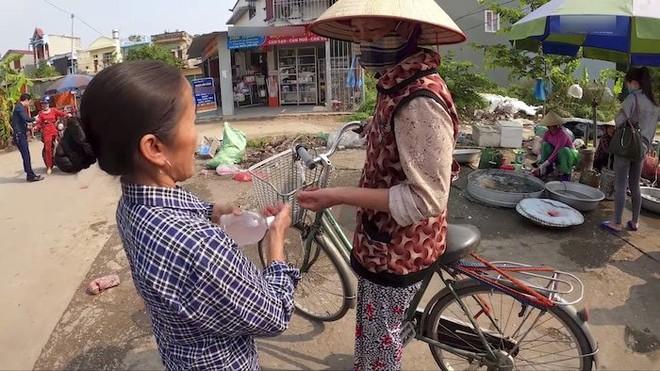 Bà Tân đem tặng những người hàng xóm quanh khu và hướng dẫn mọi người rửa tay