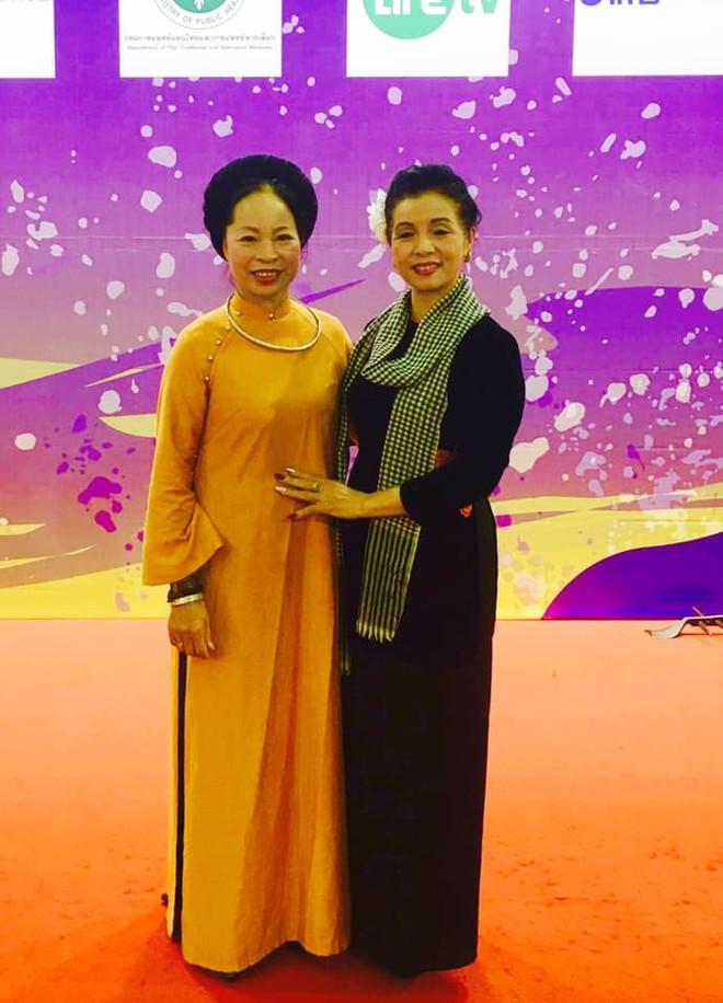 NSƯT Bạch Vân (người bên trái)
