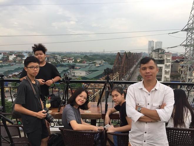 Nhiếp ảnh gia Lê Bích (áo trắng)