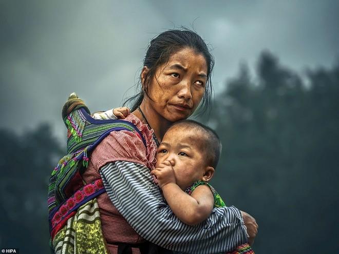 Bức ảnh đoạt giải thưởng 3 tỷ đồng của Edwan Ong (Malaysia) chụp 3 mẹ con người Mông