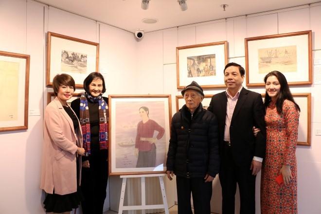 Họa sĩ vẽ tranh lụa nổi tiếng Nguyễn Thụ (người đội mũ)