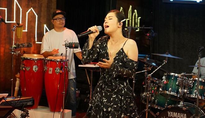 """Thu Phương trong """"Music home live with anh em """" phát trên mạng"""