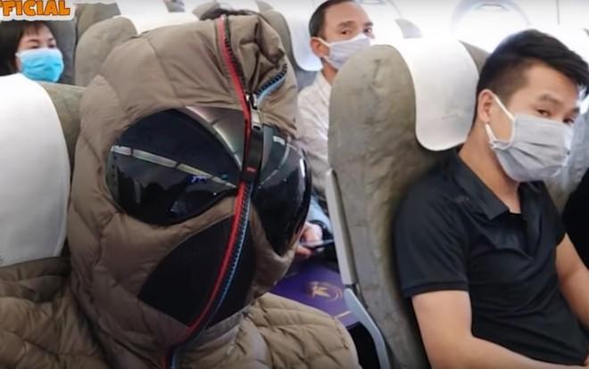 """Danh hài Xuân Bắc làm """"người nhện"""", bày cách phòng dịch Covid-19 khi đi máy bay"""