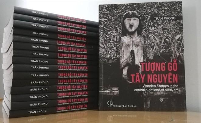 """Cuốn sách ảnh """"Tượng gỗ Tây Nguyên"""" là tình cảm và tâm huyết của nhà nhiếp ảnh Trần Phong thực hiện trong suốt 30 năm"""