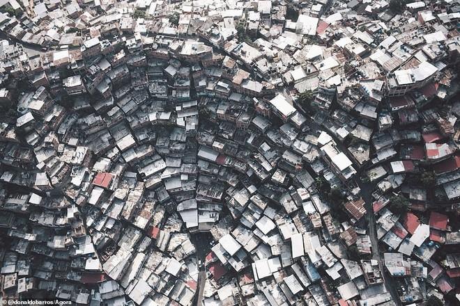 Hình ảnh đầy ngoạn mục miêu tả điều kiện sống chật cứng ở Petare, thành phố ở Venezuela