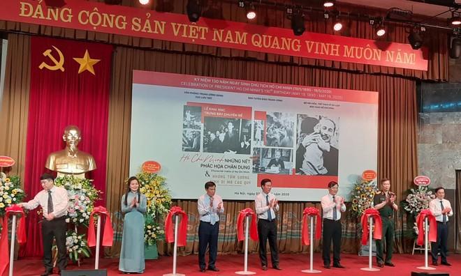 Các đại biểu cắt băng khai mạc trưng bày chuyên đề về Chủ tịch Hồ Chí Minh
