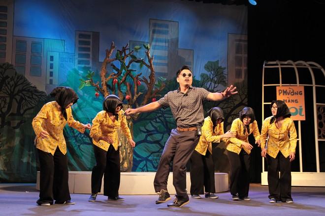 """Một cảnh trong vở kịch nói """"Thành phố lặng im"""" do Nhà hát Tuổi trẻ dàn dựng"""