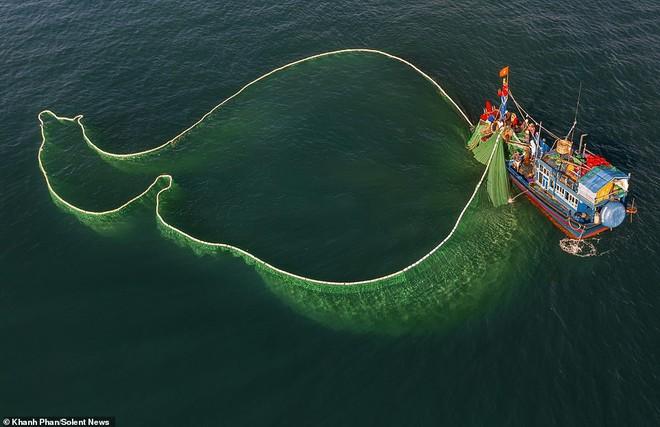 Nữ nhiếp ảnh gia Việt được báo Anh ca ngợi với bộ ảnh chài lưới tuyệt đẹp