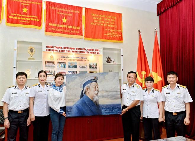 """Họa sĩ Nguyễn Thu Thủy tặng bức tranh """"Chân dung bác đội mũ hải quân"""" cho Bộ Tư lệnh Quân chủng Hải quân"""