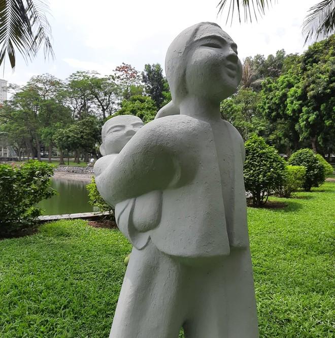 Có 2 bức tượng được sơn màu ghi, màu được xem ra hợp lý