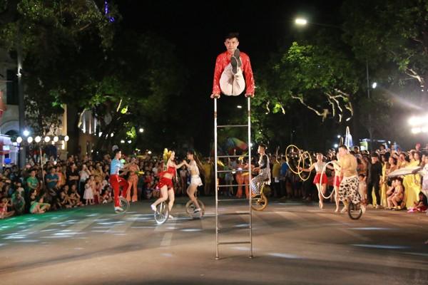 Các nghệ sĩ xiếc góp mặt trong lễ hội
