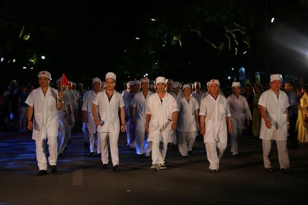 """Khối diễu hành tuyến đầu chống dịch Covid-19 với sự góp mặt của các """"chiến sĩ áo trắng"""""""