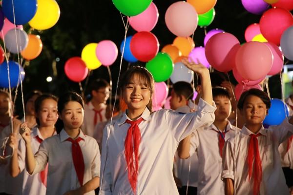 Khối thanh thiếu niên diễu hành trên phố đi bộ Hồ Gươm