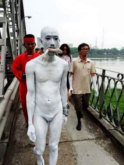 Màn trình diễn của Lê Nguyên Mạnh trên cầu Tràng Tiền