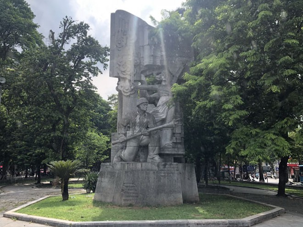 """Tượng đài """"Quyết tử cho Tổ quốc quyết sinh"""" là sự ghi dấu chiến công anh hùng của quân dân Thủ đô chiến đấu suốt 60 ngày đêm cầm chân giặc Pháp trong những ngày mùa đông năm 1946."""