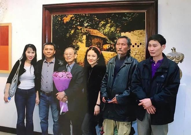 Họa sĩ Nguyễn Thanh Bình (người thứ 2 từ phải sang)