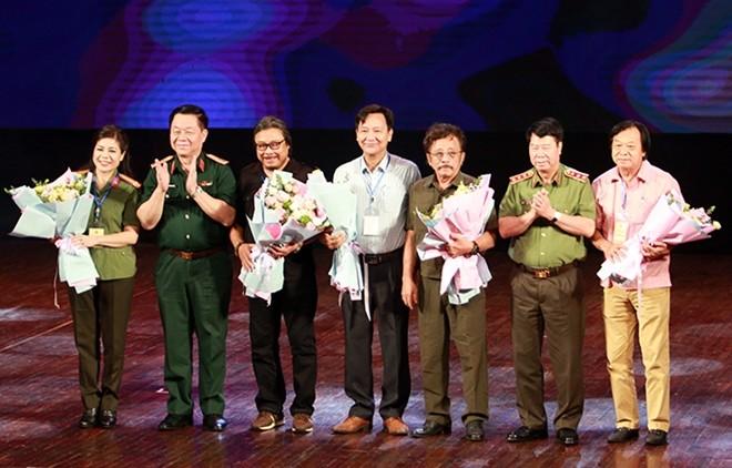 Thượng tướng Bùi Văn Nam, Thứ trưởng Bộ Công an và Thượng tướng Nguyễn Trọng Nghĩa, Phó Chủ nhiệm Tổng cục Chính trị Quân đội Nhân dân tặng hoa Hội đồng giám khảo Liên hoan