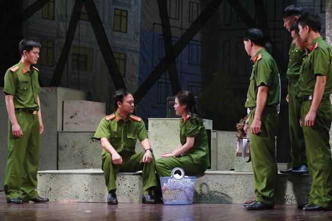 """Một cảnh trong vở kịch """"Vẫn sống"""" của Nhà hát CAND mở màn hội diễn"""