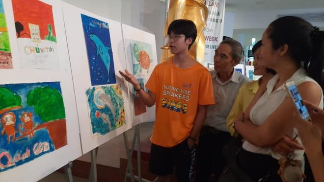 Các em học sinh cũng là những người thuyết trình và hướng dẫn khách tham quan triển lãm