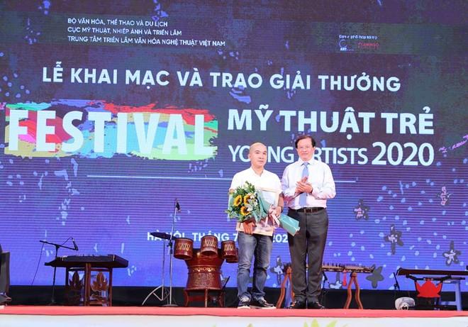 Thứ trưởng Bộ VH-TT&DL Tạ Quang Đông trao giải Nhất cho tác giả Võ Thành Thân (Thừa Thiên-Huế)