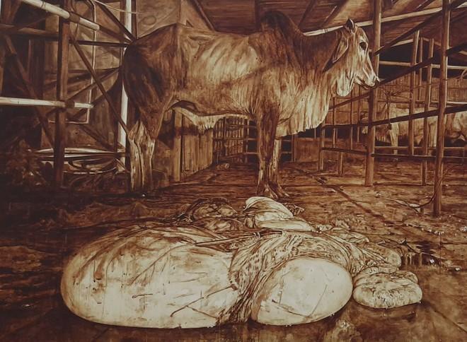 """Tác giả Nguyễn Văn Đủ (Bà Rịa - Vũng Tàu) với tác phẩm """"Lò mổ #21"""" có sử dụng máu bò để vẽ tranh đã đoạt giải Nhất Festival Mỹ thuật Trẻ 2020"""