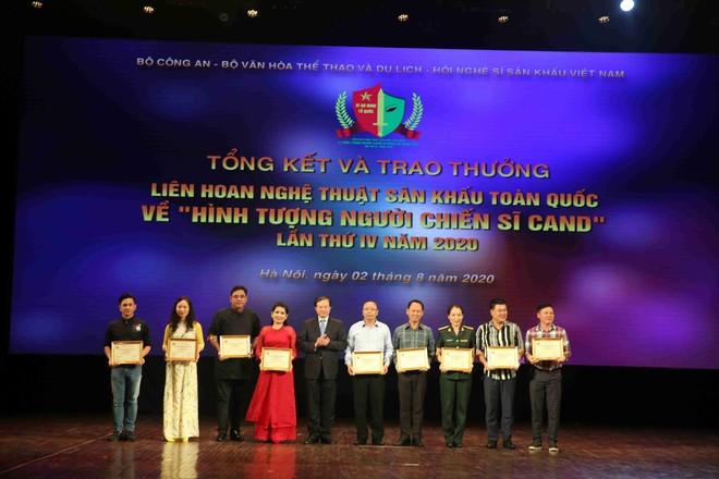 Thứ trưởng Bộ Văn hóa, Thể thao và Du lịch Tạ Quang Đông trao giải thưởng cho các đơn vị có vở diễn đoạt giải Bạc