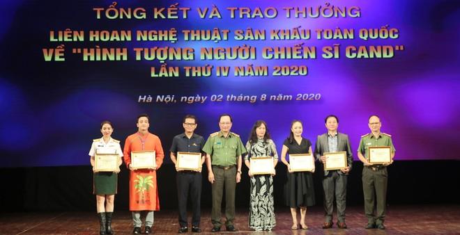 Thượng tướng Nguyễn Văn Thành, Ủy viên Trung ương Đảng, Thứ trưởng Bộ Công an trao giải cho các đơn vị có vở diễn đoạt Huy chương Vàng.